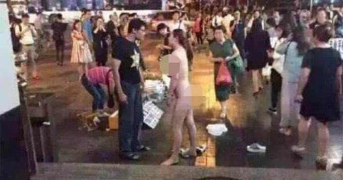 mujer desnuda calle