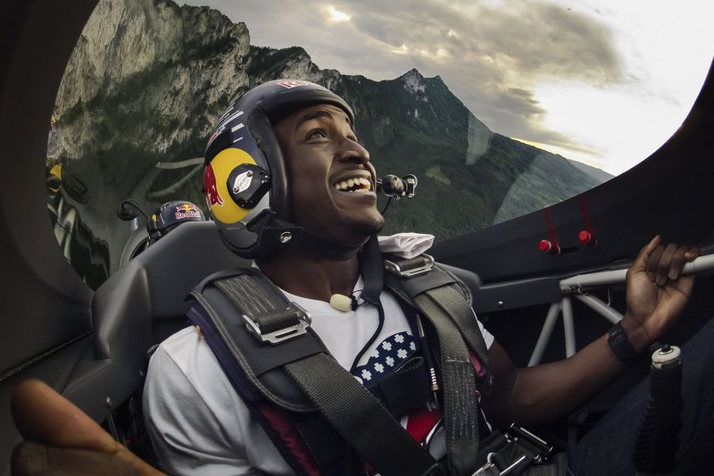 selfies-aventura-deportistas-reggie-bush-nfl-hannes-arch-red-bull-air-race
