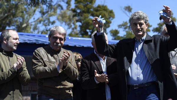 El jefe de Gabinete, Aníbal Fernández y su compañero de fórmula, Martín Sabbatella, ayer en Villa Gesell en la inauguración de un centro de salud