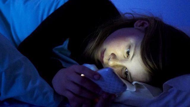 celular en la cama