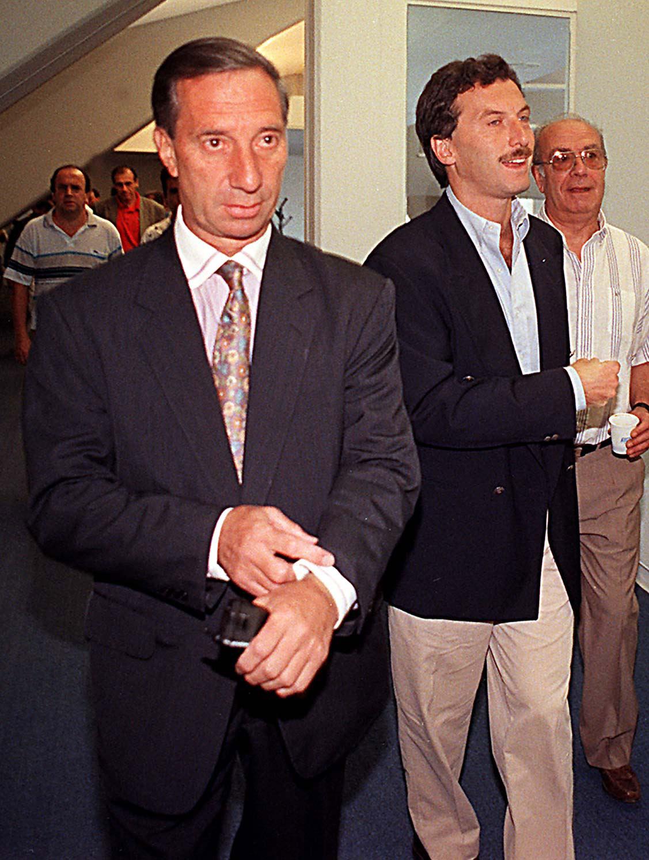 CARLOS SALVADOR BILARDO Y MAURICIO MACRI SE DIRIGEN A DAR LA CONFERENCIA DE PRENSA PARA ANUNCIAR EL ALEJAMIENTO DEL TECNICO DE BOCA. 14/12/96