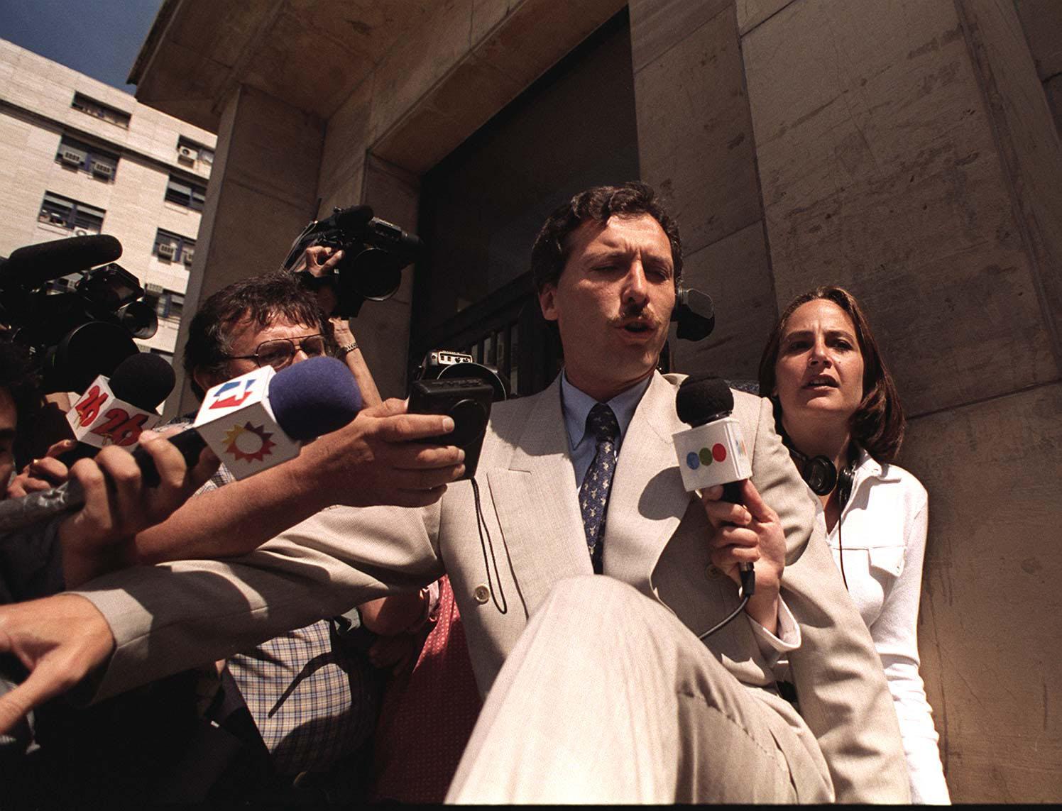 MAURICIO MACRI INTENTA  EVADIR A LOS PERIODISTAS, EN LOS TRIBUNALES,08/09/96, CUANDO TUVO QUE DECLARAR POR EL CASO DE DROGAS EN EL FUTBOL