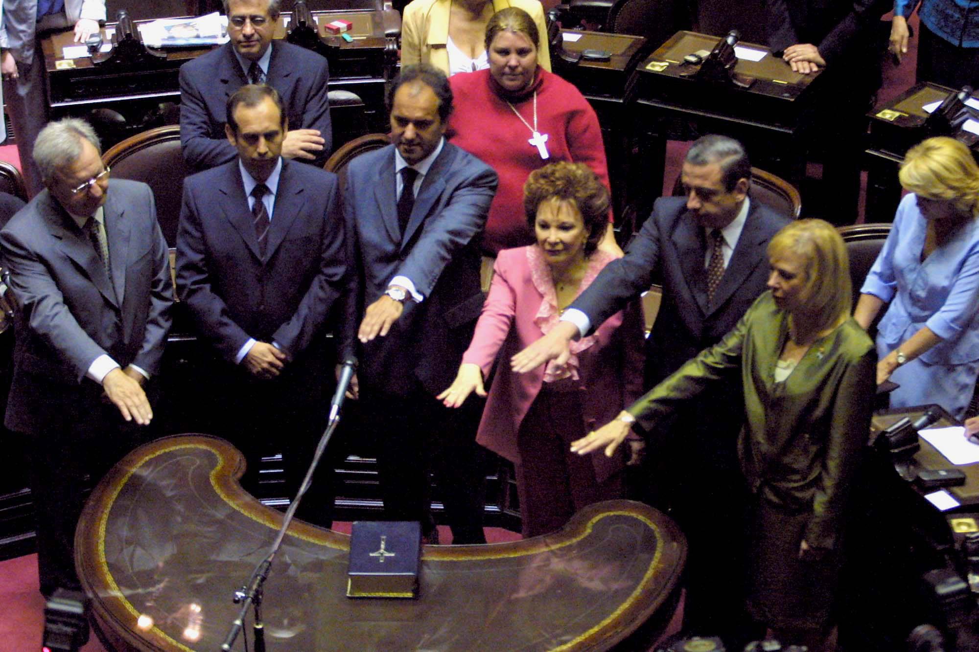 DANIEL SCIOLI JURA COMO DIPUTADO EL  05/12/2001, JUNTO A HORACIO VIVO, GUILLERMO CANTINI, IRMA ROY, MARIA AMERICA GONZALEZ Y GERARDO CONTE GRAND