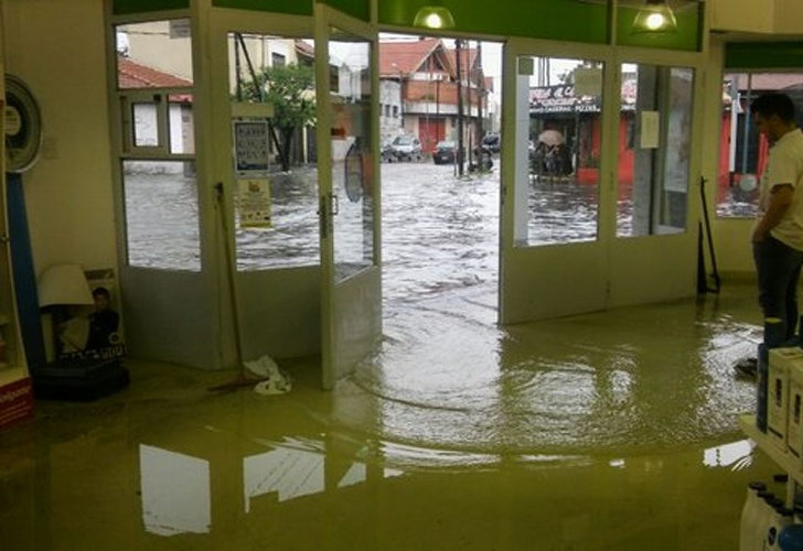 Un negocio lleno de agua en Lanus