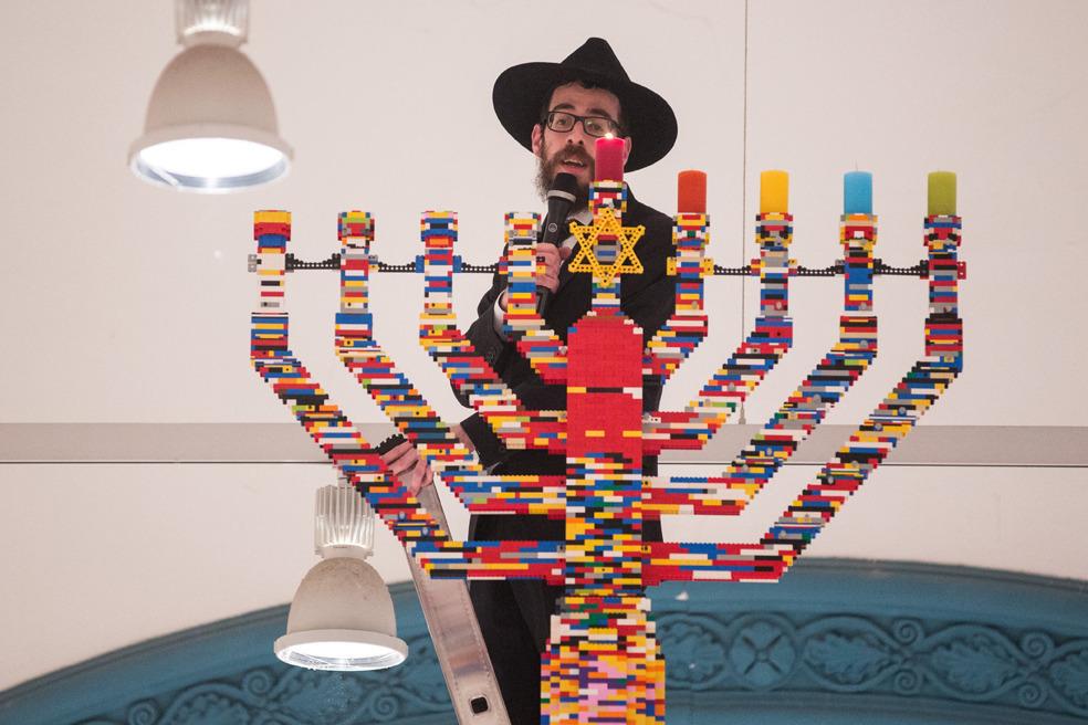 Hamburgo, Alemania. El rabino Shmuel Havlin enciende una menorah hecha con 30 mil legos, la mas alta del mundo