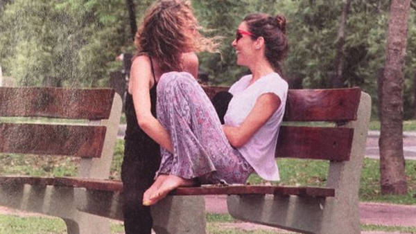Juana-Viale-con-amiga