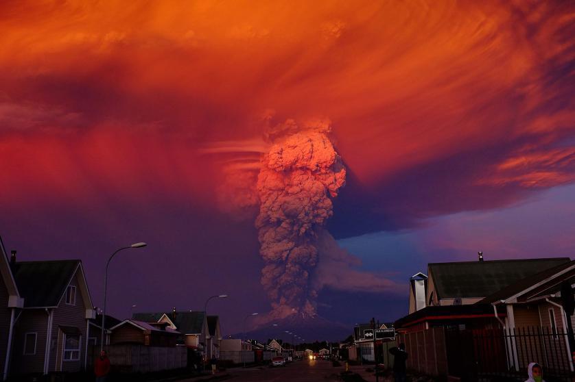 Columna de humo de 20 kilómetros, provocada por el volcán Calbuco, en Chile