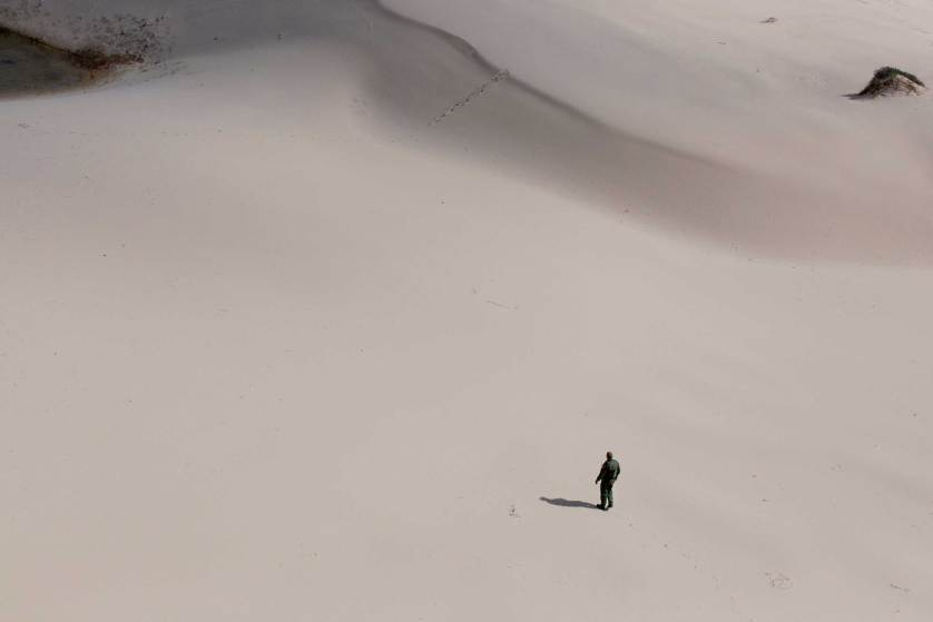 Policía de frontera trata de prehendar a los migrantes escondidos en las dunas de Riviera, Texas