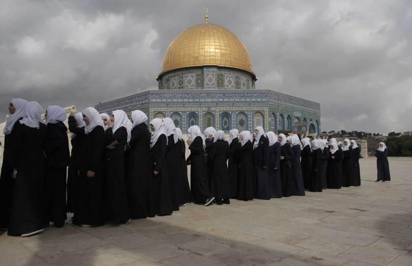 Estudiantes palestinas hacen fila frente a la mezquita Al-Aqsa, Jerusalém