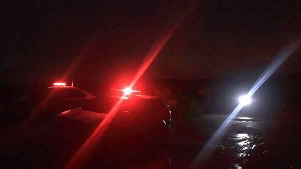 La policía en el lugar donde fue hallado el cadáver, una hora después del llamado al 911