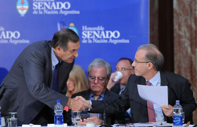 El senador Rozas saluda a Rosenkrantz. Centro: Pinedo