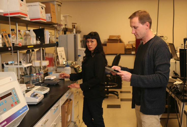 Vlad Krishtop, presidentede de la Junta Directiva de SWD, en su laboratorio de San Francisco, California, donde se están investigando unas baterías biotecnológicas