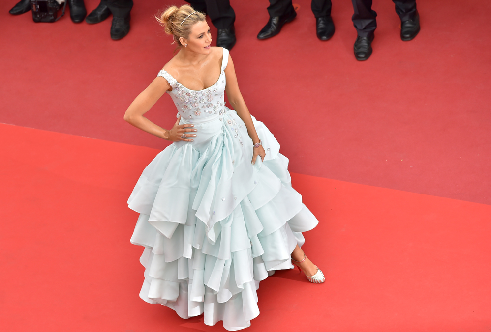 "US actress Blake Lively poses on May 13, 2016 as she arrives for the screening of the film ""Ma Loute (Slack Bay)"" at the 69th Cannes Film Festival in Cannes, southern France.  / AFP PHOTO / LOIC VENANCE"