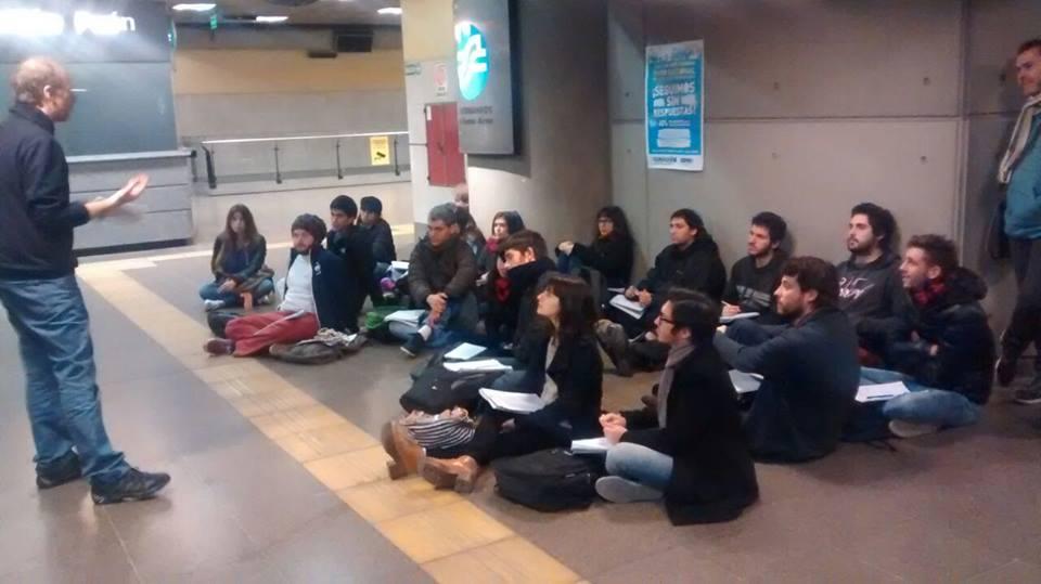 Uba-Filo-Clase pública en la estación de subte Puan, FFyL - UBA