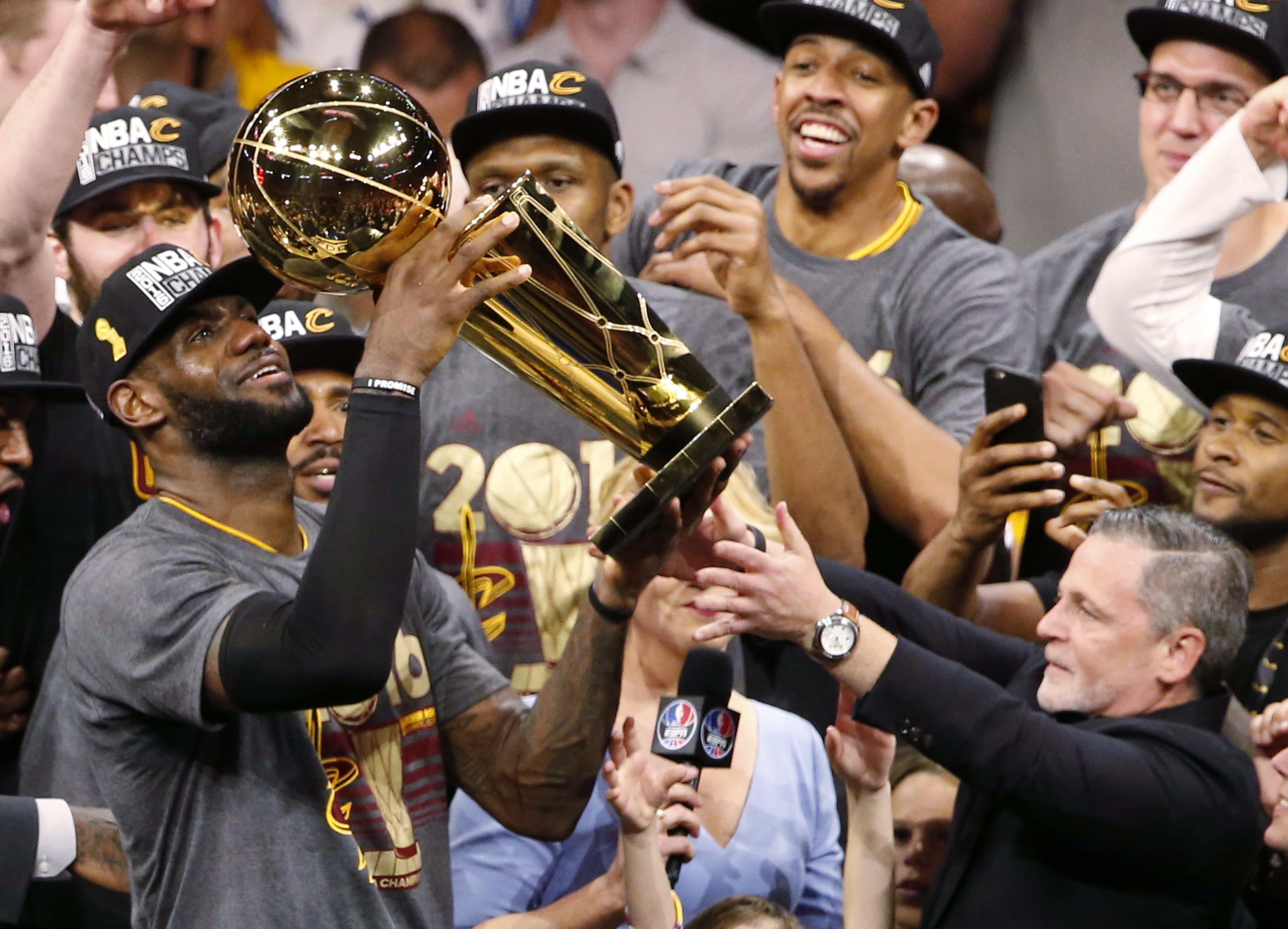 LWS178. Oakland (United States), 19/06/2016.- Cleveland Cavaliers players LeBron James (L) holds up the Larry O'Brien Trophy after beating the Golden State Warriors in the NBA Finals game seven at Oracle Arena in Oakland, California, USA, 19 June 2016. (Baloncesto, Estados Unidos) EFE/EPA/JOHN G. MABANGLO CORBIS OUT