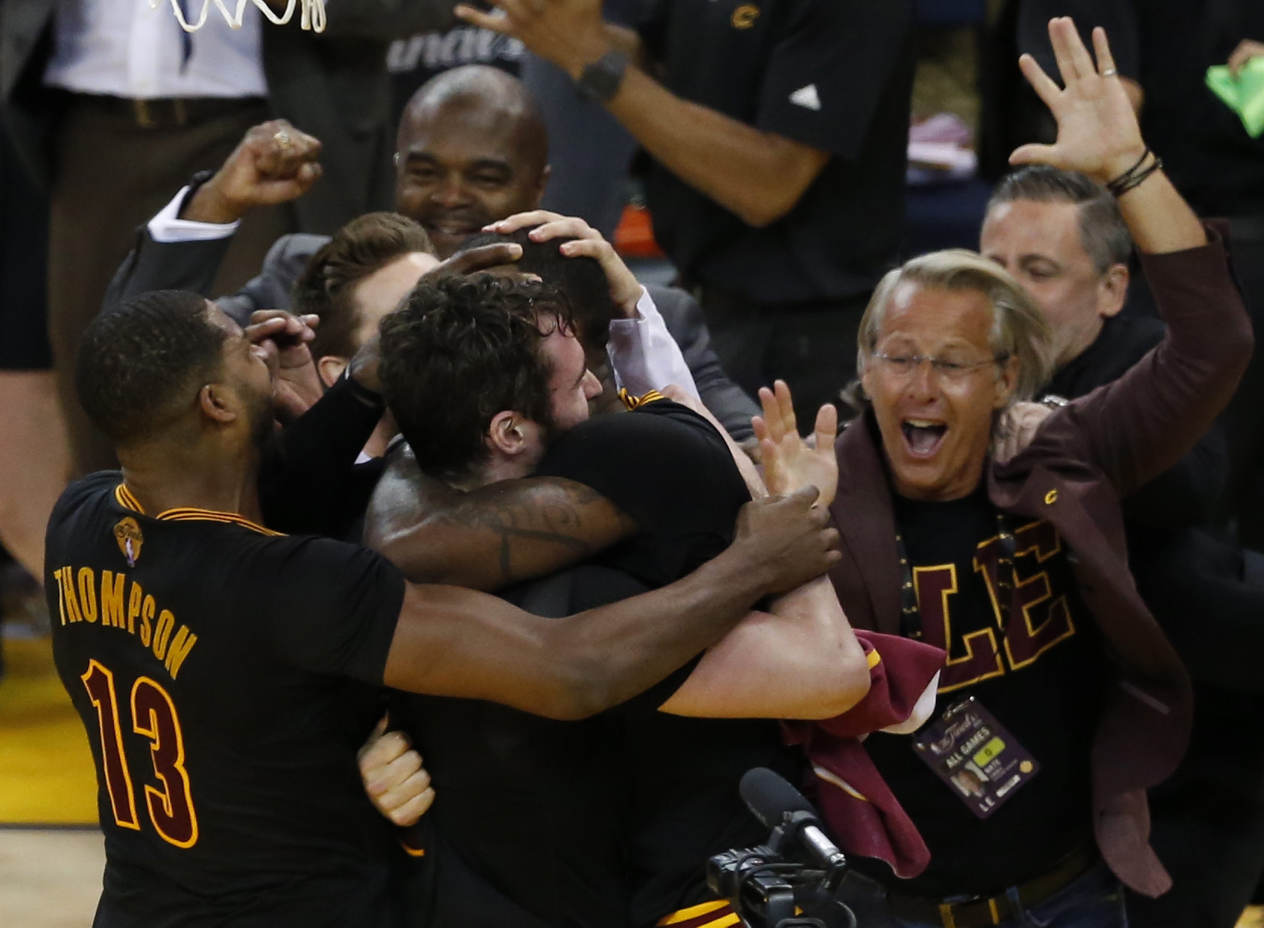LWS175. Oakland (United States), 19/06/2016.- Cleveland Cavaliers players LeBron James (L), Tristan Thompson (C) and Kevin Love (R) celebrate after beating the Golden State Warriors in the NBA Finals game seven at Oracle Arena in Oakland, California, USA, 19 June 2016. (Baloncesto, Estados Unidos) EFE/EPA/JOHN G. MABANGLO CORBIS OUT