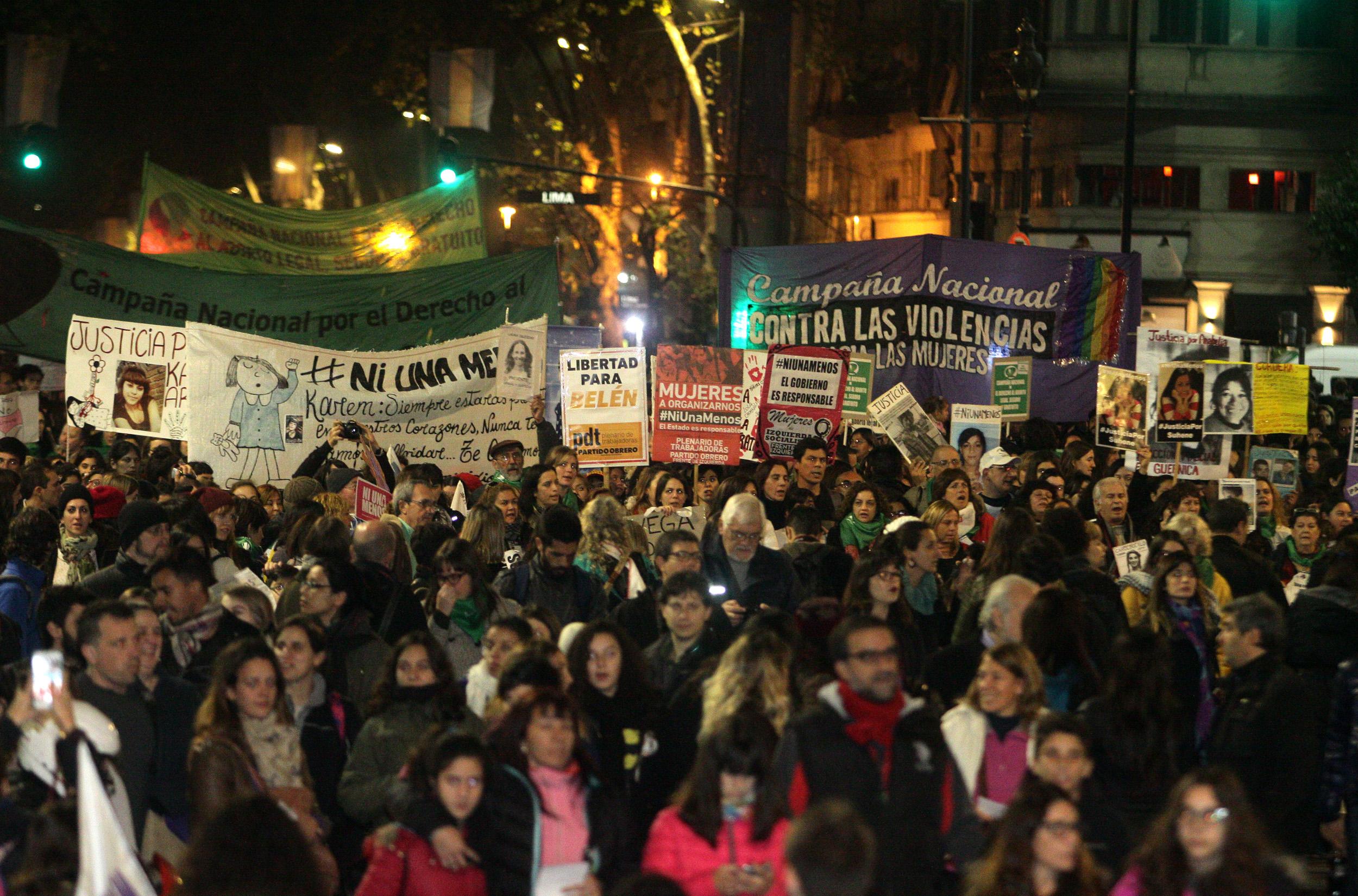 """DYN202, BUENOS AIRES, 03/06/2016, MARCHA POR """"NI UNA MENOS """" DESDE EL CONGRESO A PLAZA DE MAYO. FOTO:DYN/ALBERTO RAGGIO."""