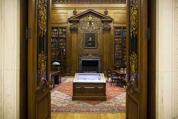 La Sala Principal con la Colección de Harry E Widener y la Biblia de Gutenberg en Primer Plano