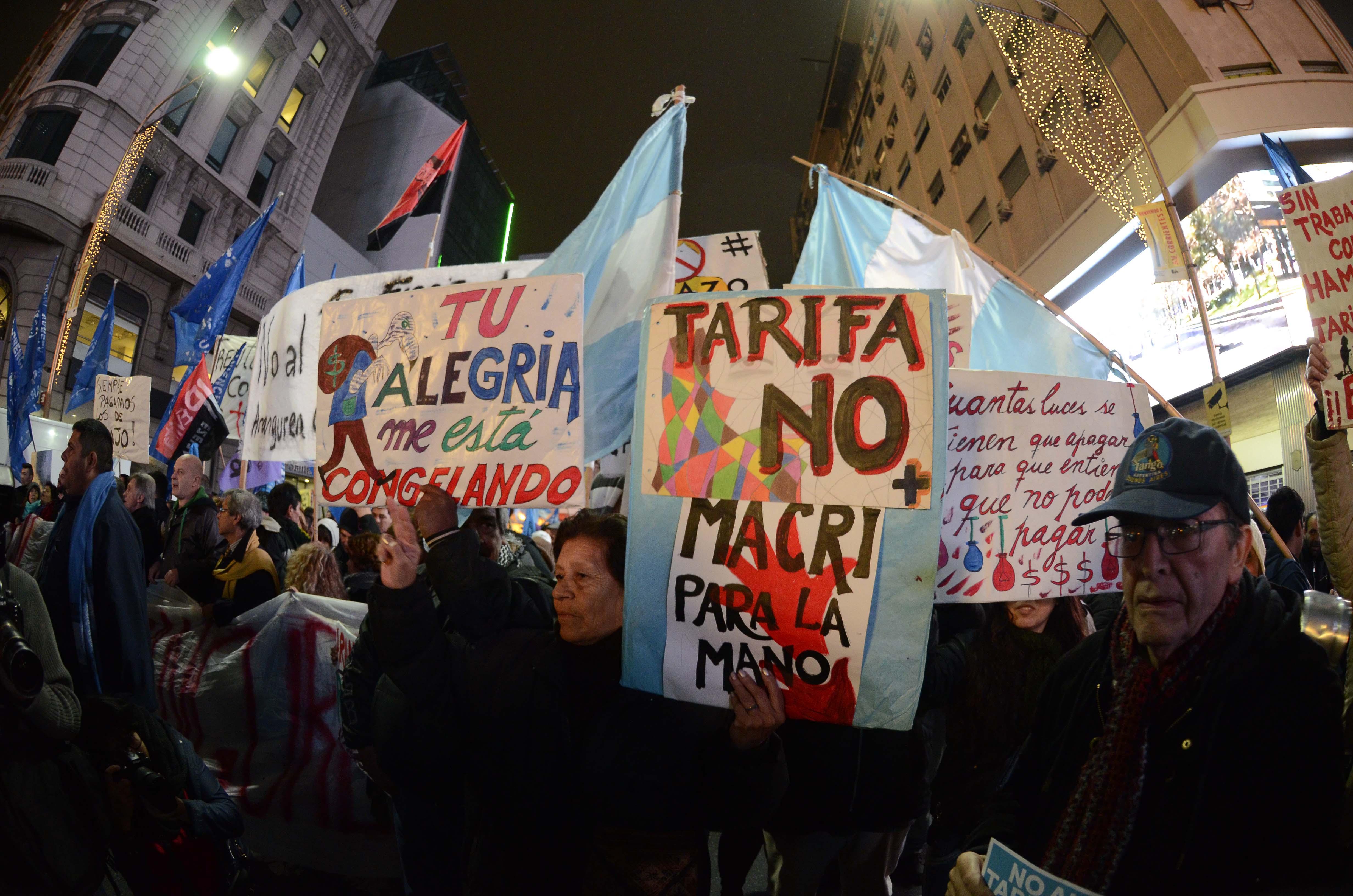 DYN48, BUENOS AIRES 14/07/2016, ASOCIACIONES DE CONSUMIDORES, ORGANIZACIONES POLÍTICAS, SOCIALES, SINDICALES, ESTUDIANTILES Y DE DDHH, CONVOCARON  A UN CACEROLAZO Y BOCINAZO CONTRA EL TARIFAZO EN LOS SERVICIOS PÚBLICOS.FOTO:DYN/JAVIER BRUSCO.