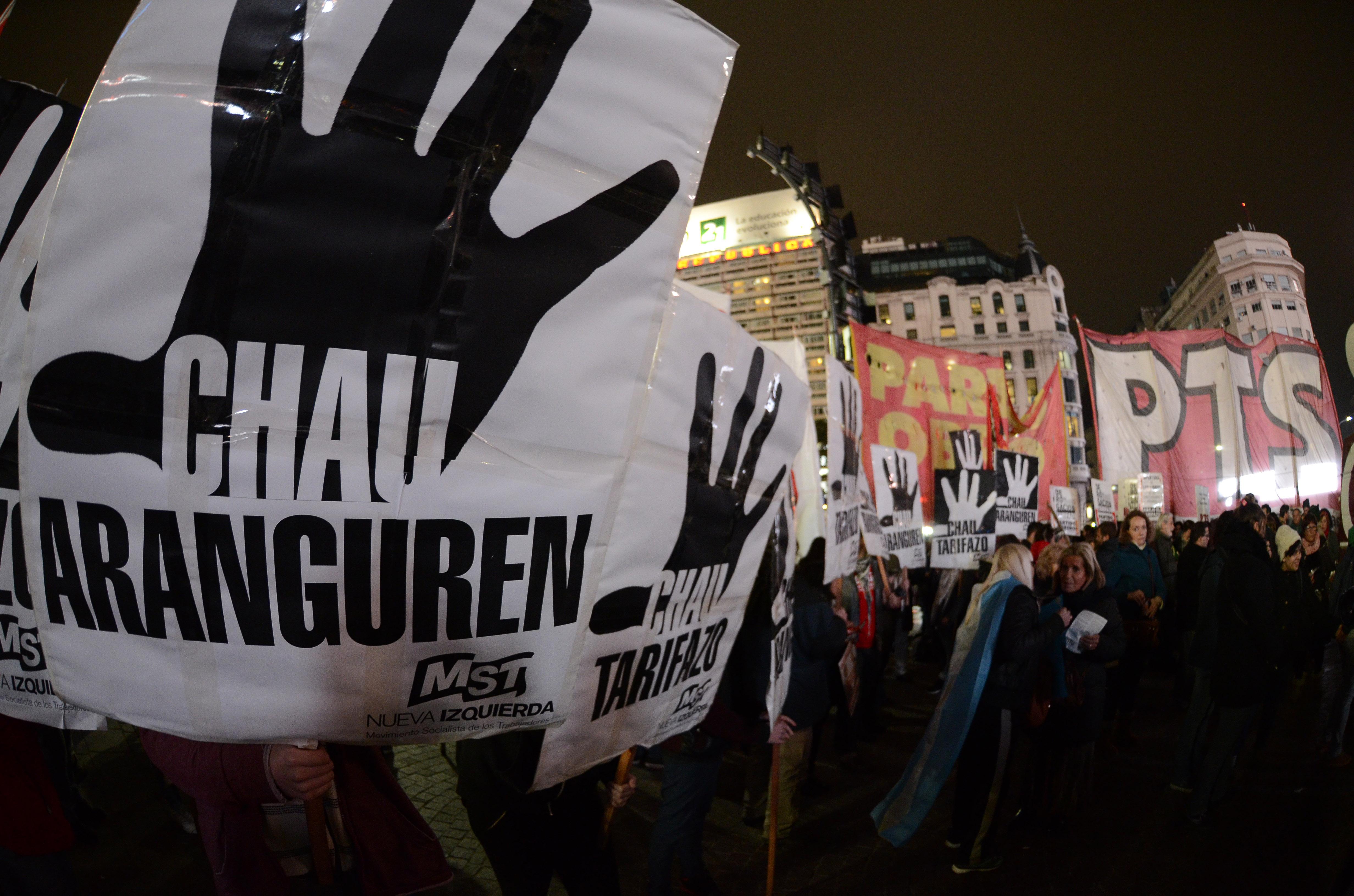 DYN51, BUENOS AIRES 14/07/2016, ASOCIACIONES DE CONSUMIDORES, ORGANIZACIONES POLÍTICAS, SOCIALES, SINDICALES, ESTUDIANTILES Y DE DDHH, CONVOCARON  A UN CACEROLAZO Y BOCINAZO CONTRA EL TARIFAZO EN LOS SERVICIOS PÚBLICOS.FOTO:DYN/JAVIER BRUSCO.