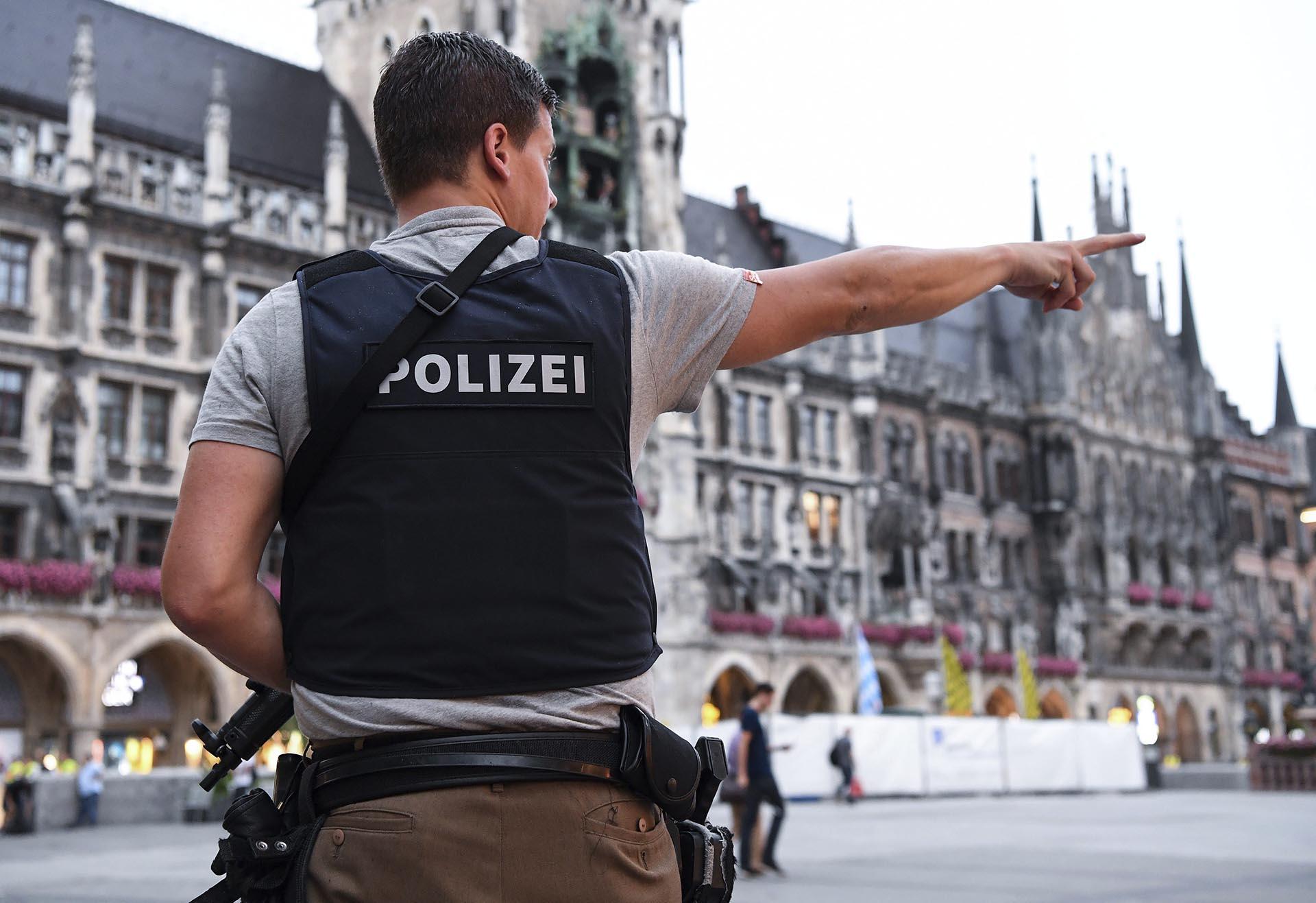 """LUS25 MÚNICH (ALEMANIA) 22/07/2016.- Un policía vigilan en la plaza Marienplatz tras el tiroteo registrado en un centro comercial en Múnich, Alemania hoy, 22 de julio de 2016. Varias personas han muerto y otras han resultado heridas hoy en un tiroteo registrado en un centro comercial de Múnich (sur de Alemania), según informa el diario """"Süddeustche Zeitung"""" citando fuentes policiales, que hablan de un solo atacante. EFE/Sven Hoppe"""
