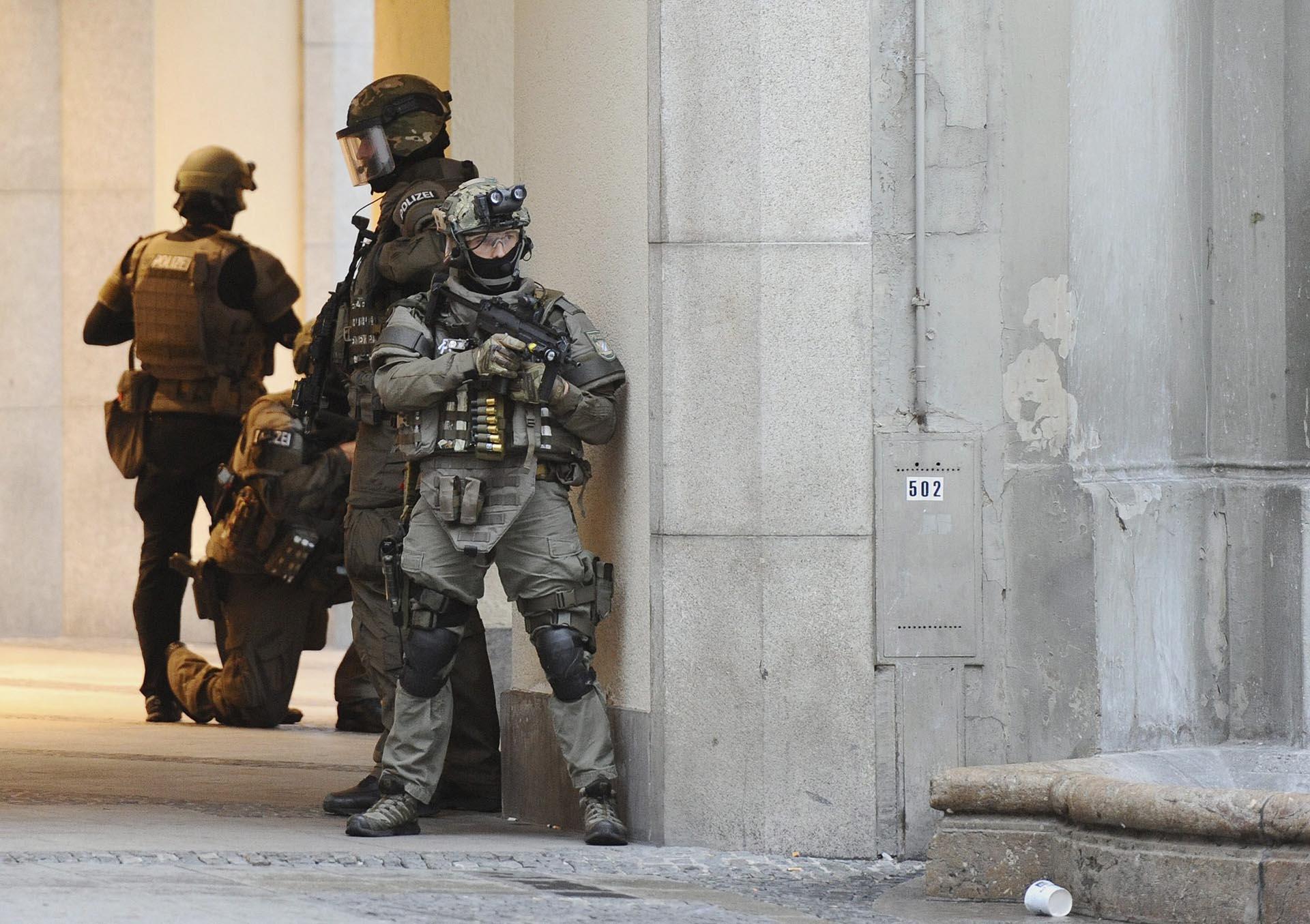 """LUS16 MÚNICH (ALEMANIA) 22/07/2016.- Policías de las Fuerzas Especiales aseguran el exterior del hotel Stachus tras el tiroteo registrado en un centro comercial en Múnich, Alemania hoy, 22 de julio de 2016. Varias personas han muerto y otras han resultado heridas hoy en un tiroteo registrado en un centro comercial de Múnich (sur de Alemania), según informa el diario """"Süddeustche Zeitung"""" citando fuentes policiales, que hablan de un solo atacante. EFE/ANDREAS GEBERT"""