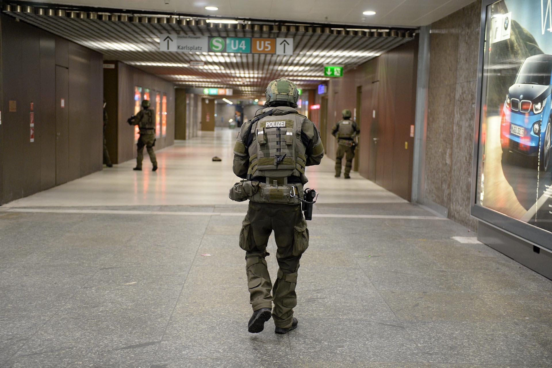 """LUS08 MÚNICH (ALEMANIA) 22/07/2016.- Policías de las fuerzas especiales aseguran la estación de metro de Karlsplatz (Stachus) tras el tiroteo registrado en un centro comercial en Múnich, Alemania hoy, 22 de julio de 2016. Varias personas han muerto y otras han resultado heridas hoy en un tiroteo registrado en un centro comercial de Múnich (sur de Alemania), según informa el diario """"Süddeustche Zeitung"""" citando fuentes policiales, que hablan de un solo atacante. EFE/ANDREAS GEBERT"""
