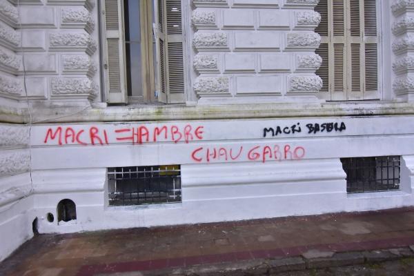 Cámpora y Quebracho atacaron la Municipalidad de La Plata 04