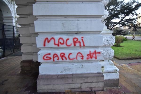 Cámpora y Quebracho atacaron la Municipalidad de La Plata 05