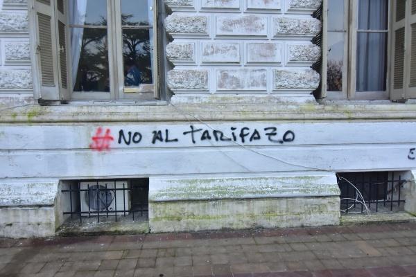 Cámpora y Quebracho atacaron la Municipalidad de La Plata