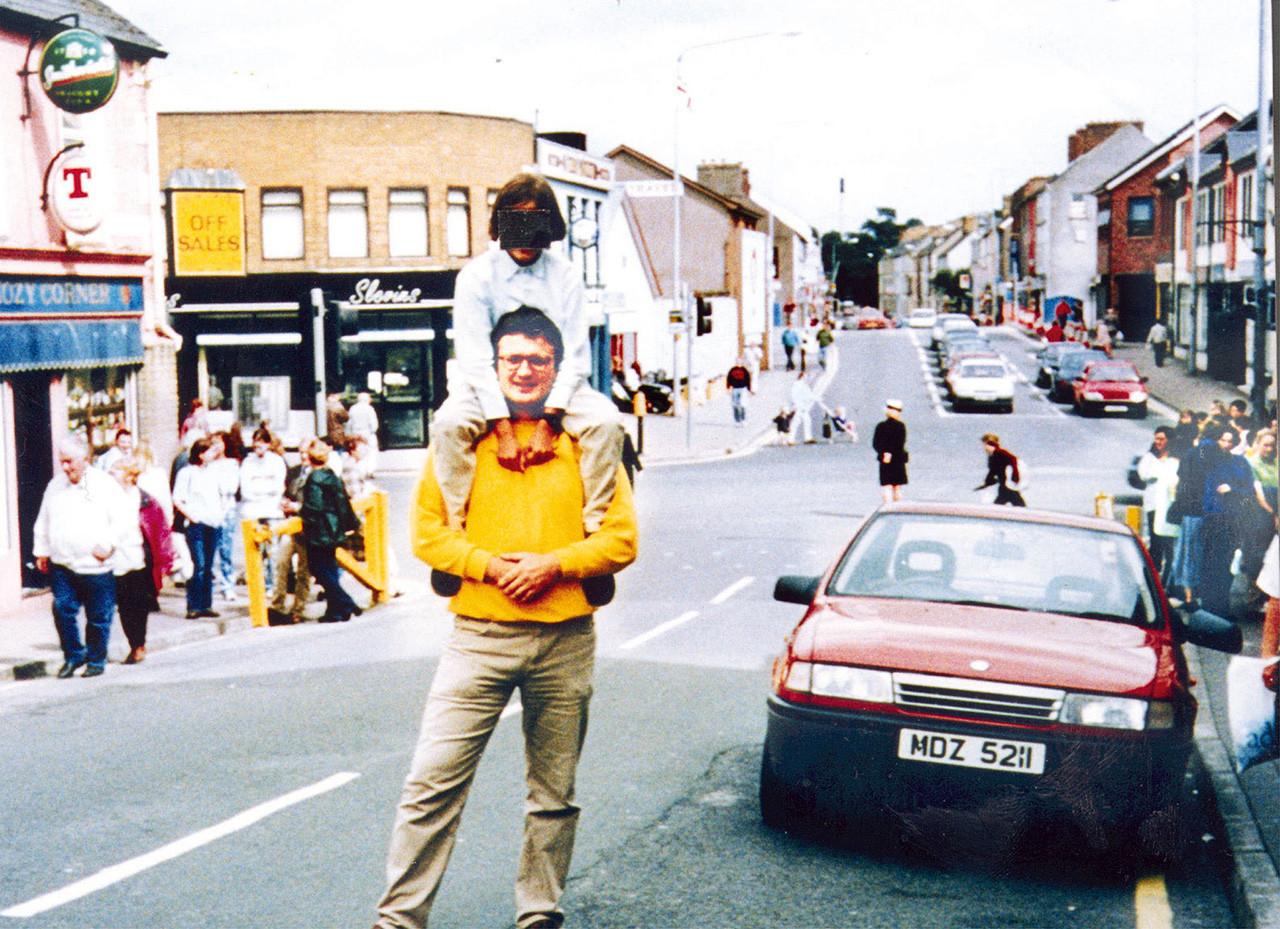 Esta foto se tomó un minuto antes de la explosión de un vehículo en la ciudad de Omagh en Irlanda del Norte en 1998. El ataque terrorista fue obra del Ejército Republicano Irlandés (IRA) y se cobró la vida de 29 personas y más de 200 resultaron heridas.