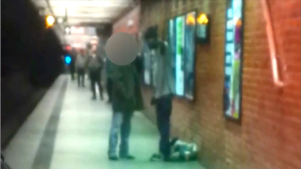 El hombre de rostro oculto, un chino llamado Ki Suk Han, discute con un sintecho que acabará con su vida empujándolo a la vía de un tren.