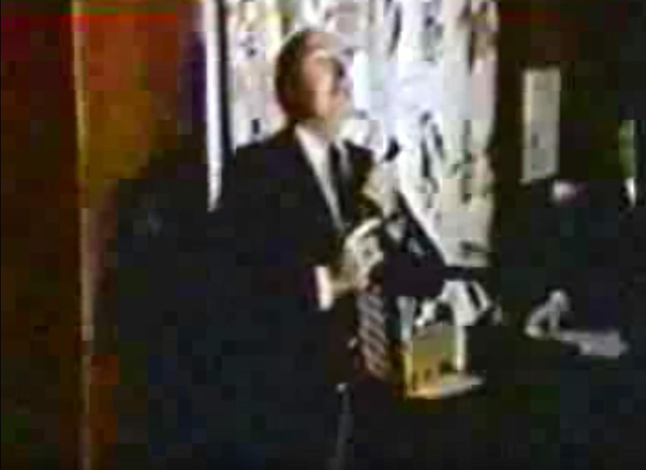 La imagen previa al suicidio del político R. Budd Dwyer, quien se suicidó durante una conferencia de prensa el 22 de enero de 1987 tras haber sido acusado de cohecho. El video de su suicidio puede verse en YouTube.