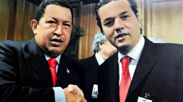 Levy junto a Chávez.