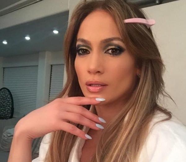 Jennifer Lopez destila belleza y sensualidad al estilo fingermouthing en un selfie de backstage