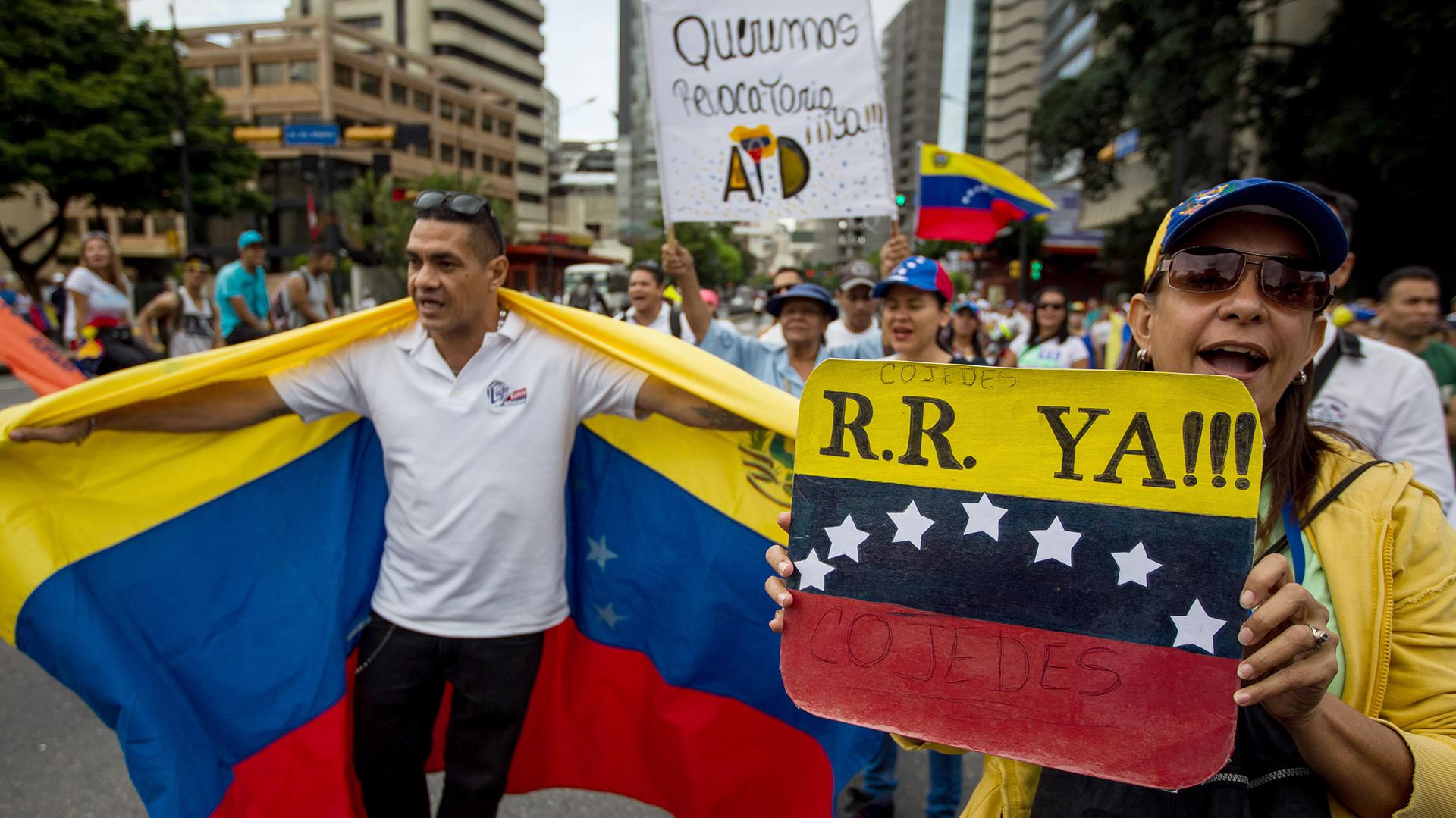 """CAR01. CARACAS (VENEZUELA), 1/09/2016.- Un grupo de personas participan hoy, jueves 1 de septiembre de 2016, en una manifestación denominada """"Toma de Caracas"""", una marcha convocada hace semanas por la alianza de partidos Mesa de la Unidad Democrática (MUD) para presionar al Poder Electoral por la agenda del referendo, que impulsa la oposición, para revocar al presidente venezolano Nicolás Maduro en la ciudad de Caracas (Venezuela). EFE/MIGUEL GUTIÉRREZ"""
