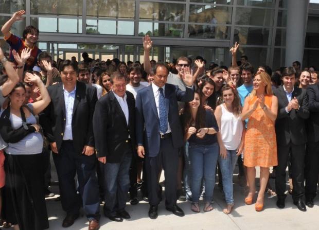 Cuando el ex gobernador inauguró en Pinamar el Campus de la UADE. Allí comenzó todo.