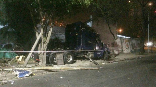 camion embistio auto