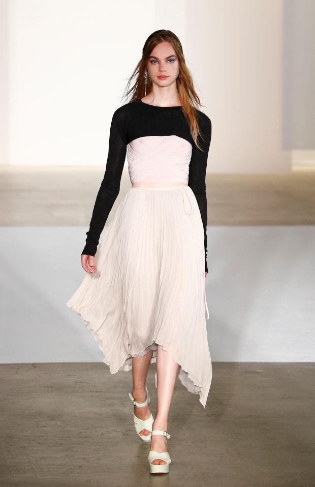 Jill Stuart mostr{o a la perfecció la falda de corte irregular que se impone este verano
