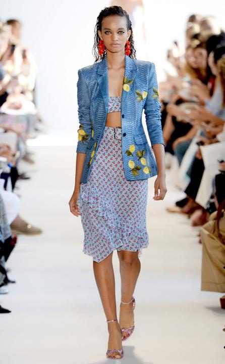 Tuneá tu chaqueta de jean para un efecto similar al de este look por Altuzarra