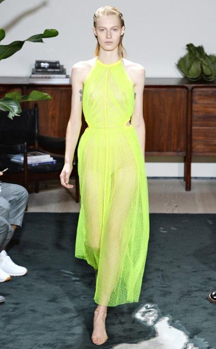 Jason Wu se suma a la furia por los cuellos halter con este vestido en lima, un color muy veraniego