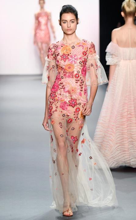 Jenny Packham presentó na serie de vestidos floreados con transparencias