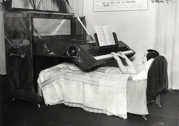 En una época en que la ciencia médica no estaba tan avanzada como ahora muchas personas se veían obligadas a pasar parte de su existencia prostradas en cama. Este piano debía aligerar la vida de esos enfermos (1935).