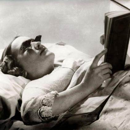 ¿A quién no le gusta leer acostado? Estas gafas permitían disfrutar de un libro en la cama sin dañar la visión (1936).