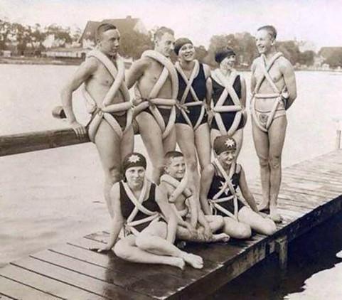 Estos chalecos hechos con pneumáticos de bicicleta debían ayudar a nadar (1925).