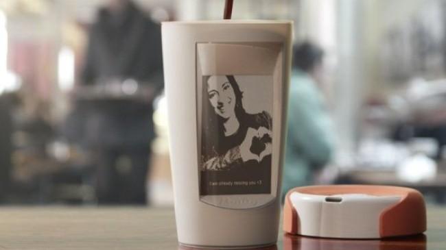 Una taza con una pantalla muestra una imagen cuando la temperatura del líquido vertido en aquella sube.