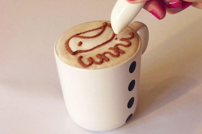 El 'boli' que escribe con especias puede ser utilizado para decorar de manera elegante una taza de cappuccino con canela.