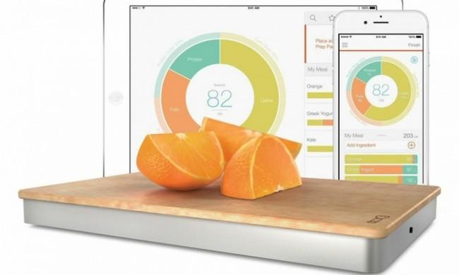 Esta tabla de cortar permite realizar cálculos y proporcionar datos acerca del número de calorías, proteínas, grasas, hidrocarburos y otros elementos a través de una aplicación.