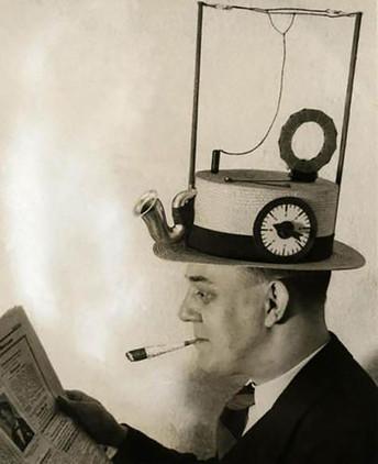 Los 'smartphones' actuales nos permiten escuchar música, ver películas y leer las noticias. Pero, ¿quién necesita un teléfono inteligente pudiendo tener un radiosombrero? (1931)