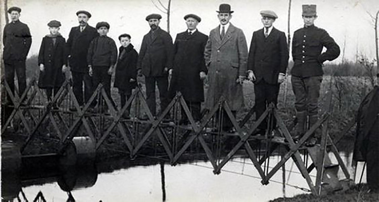 Sí, alguien inventó el puente portátil. Este 'práctico' invento podía plegarse y transportarse en un carrito (1926).